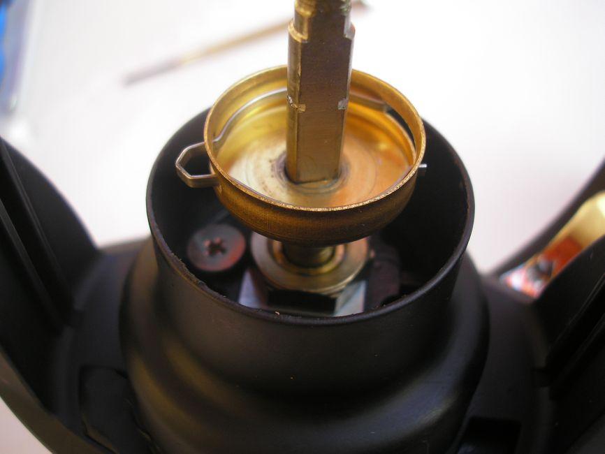 A dob alátámasztást egy perforált lemezpersely hivatott szolgálni, melyet szereléskor egyetlen nyomással távolíthatunk el a dobemelő tengelyről. Az egyik japán gyártó prémiumkategóriás orsóinál már találkozhattunk ezzel a hasznos kis huncutsággal
